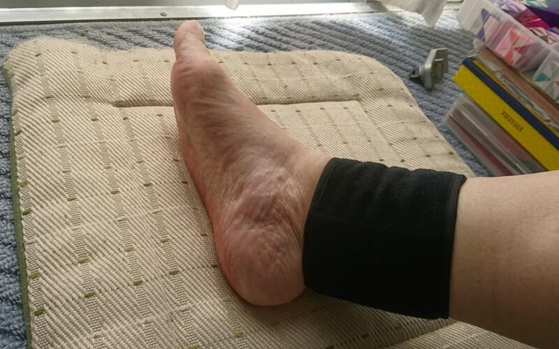 桐灰の巻ポカを足首につけたところ
